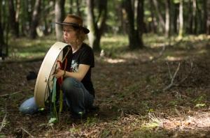 Vanessa Terral (Teral), chamane / chaman / shaman, en train de pratiquer une séance de chamanisme au tambour (photo de Vincent Tuloup).